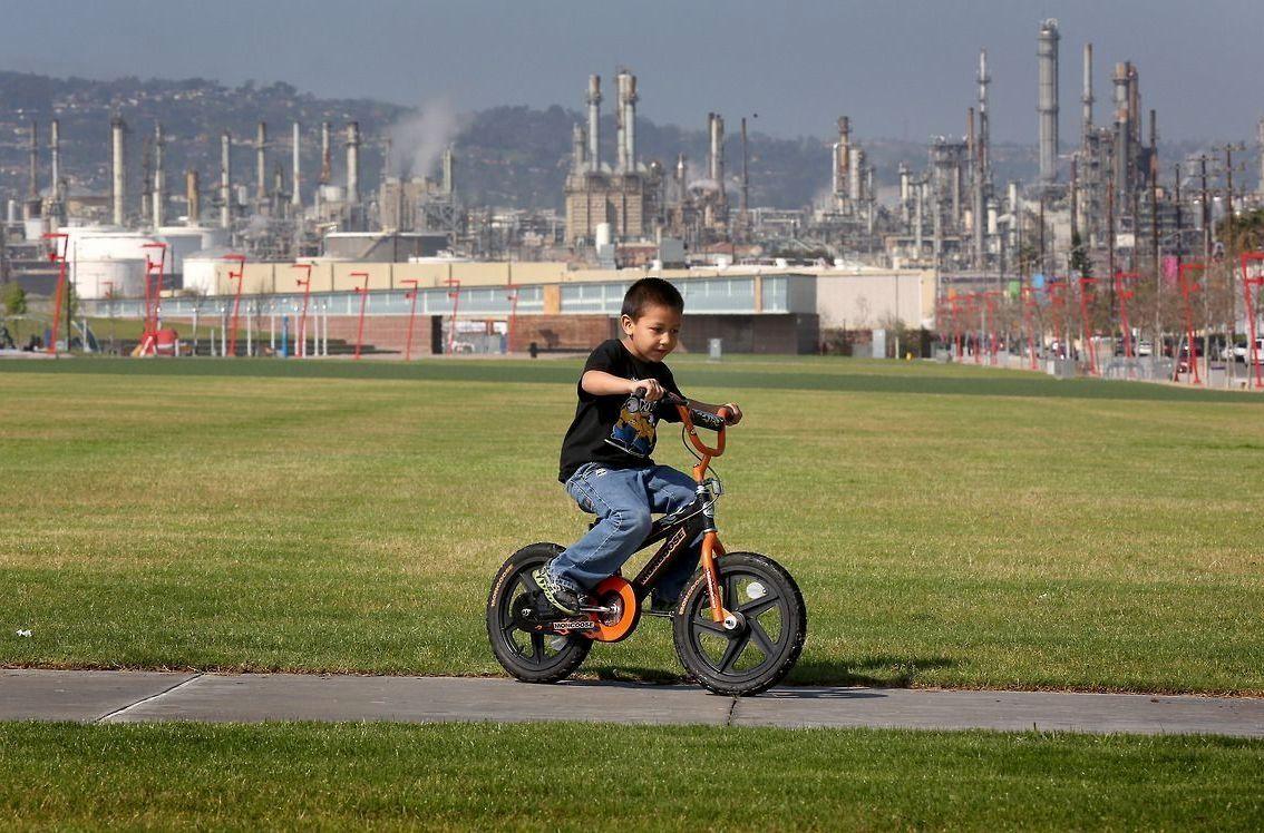 Isaac Villamil, de 5 años, pasea en su bicicleta en Wilmington Water Front Park. /Aurelia Ventura