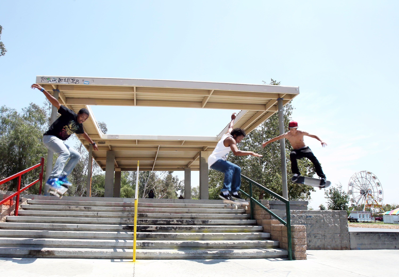 Varios jóvenes juegan en un paque cerca de las Calles Osborne y Woodman en Pacoima. /Archivo