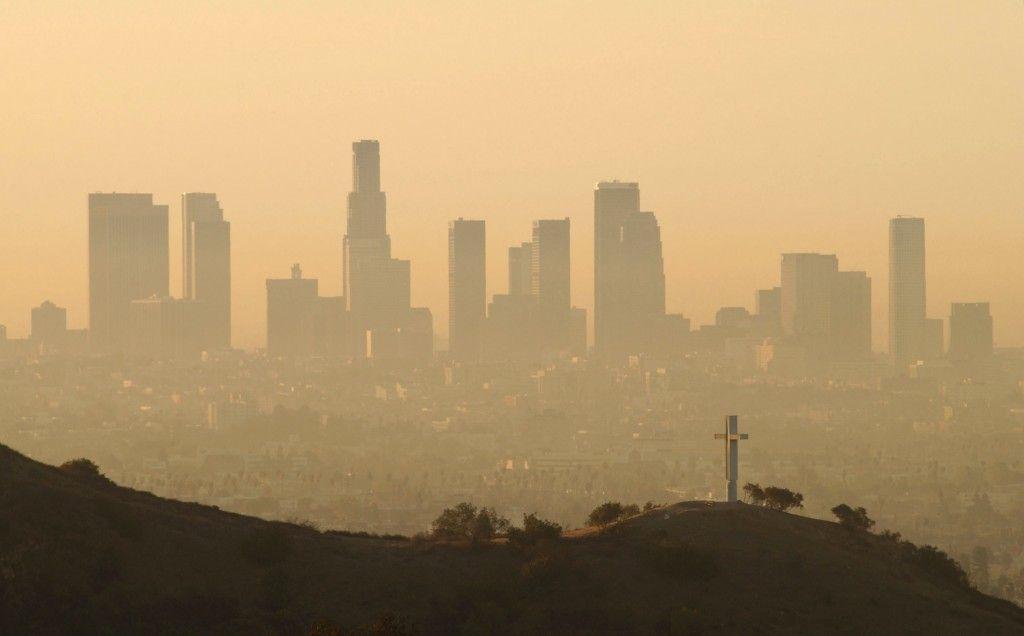 Latinos en barrios pobres de L.A. los más afectados por la contaminación ambiental