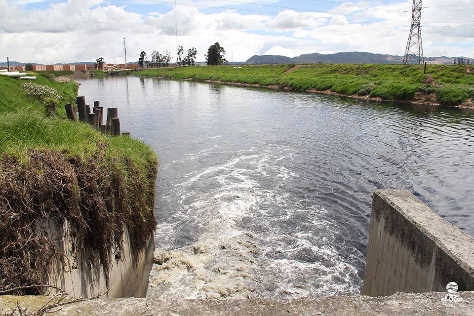 El río Bogotá nace en el páramo de Guacheneque, en Villapinzón, y desemboca en el río Magdalena, en Girardót, con aguas que poco a poco van dejando su transparencia para transformarse en turbias y malolientes como consecuencia de la minería extractiva