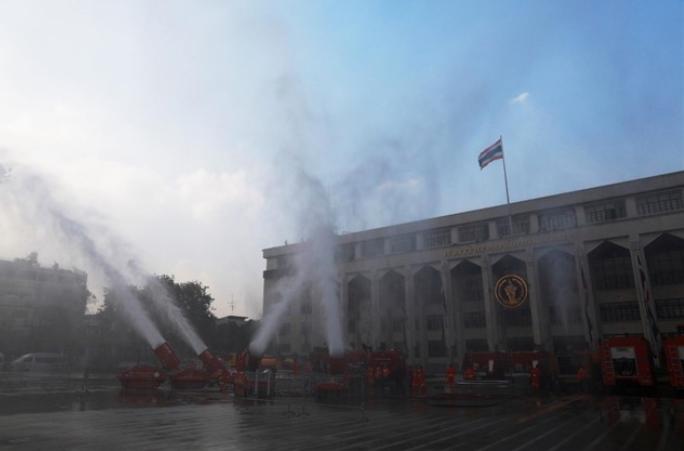 Cañones de agua en Bangkok para reducir la contaminación