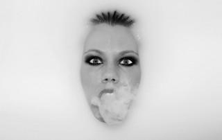 Los malos humos provocan manchas y arrugas, pero la solución podría estar ya en tu neceser