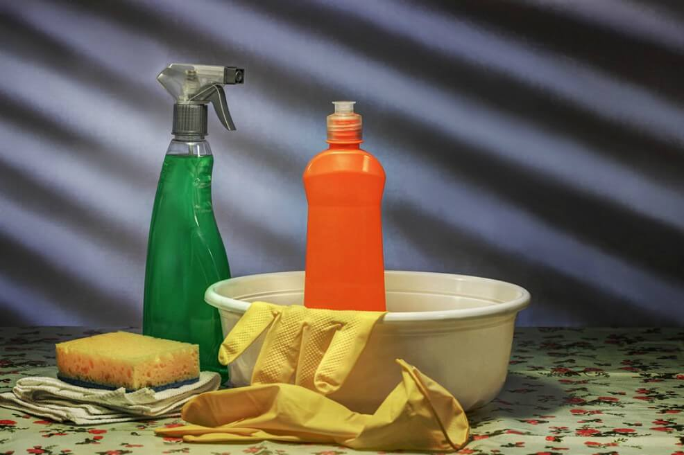 Los químicos en artículos de limpieza contaminan más que autos, según estudio