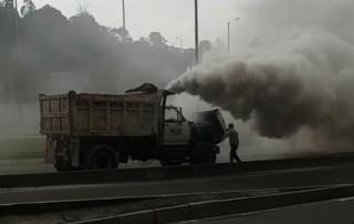 Volqueta 'chimenea' causa polémica en Bogotá por generar contaminación